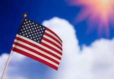 Amerikaanse stuk speelgoed vlag over blauwe bewolkte hemel. Royalty-vrije Stock Afbeelding