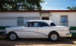 Amerikaanse taxi klassieke auto in wit Royalty-vrije Stock Afbeelding