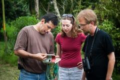 Amerikaanse toerist met aardgids in Costa Rica stock foto