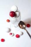 Amerikaanse veenbessen met suiker in een glas worden verglaasd dat Stock Afbeeldingen