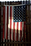 Amerikaanse vlag aan flarden op omheining Stock Fotografie