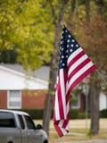 Amerikaanse Vlag in de voorsteden stock afbeeldingen