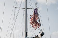 Amerikaanse vlag in de wind op een zonnige dag Stock Fotografie