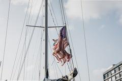 Amerikaanse vlag in de wind op een zonnige dag Royalty-vrije Stock Afbeeldingen