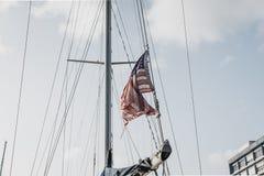 Amerikaanse vlag in de wind op een zonnige dag Royalty-vrije Stock Foto's