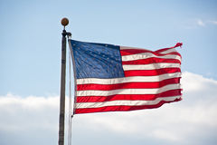 Amerikaanse Vlag die Backlit en in Wind.jpg blaast Royalty-vrije Stock Afbeeldingen