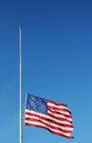 Amerikaanse vlag die bij half personeel in geheugen van Newtown-slachtingsslachtoffers vliegen. stock foto