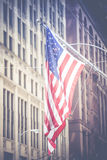 Amerikaanse vlag die in de wind in de lijn van de binnenstad van Chicago golven Stock Fotografie