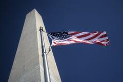 Amerikaanse Vlag die het Gedenkteken van Washington vliegt Stock Foto's