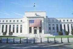 Amerikaanse Vlag die op Federaal Reserve Bank, Washington, D C stock afbeeldingen