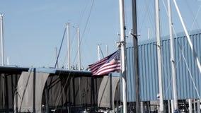 Amerikaanse vlag die op lijnen van masten op zeilboten vliegen stock video