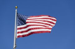Amerikaanse Vlag die tegen Blauwe Hemel golven stock foto's