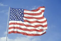 Amerikaanse Vlag die tegen Blauwe Hemel, Verenigde Staten vliegen Royalty-vrije Stock Fotografie
