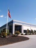 Amerikaanse vlag door een modern industrieel gebouw Royalty-vrije Stock Foto
