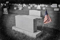 Amerikaanse vlag door grafsteen stock fotografie