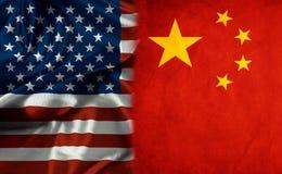 Amerikaanse Vlag en de Vlag die van China Verhouding symboliseren stock afbeelding