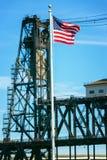 Amerikaanse Vlag en Staalbrug Stock Foto's