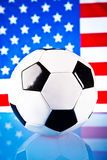 Amerikaanse vlag en voetbalbal Stock Foto's