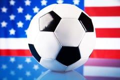 Amerikaanse vlag en voetbalbal Stock Foto