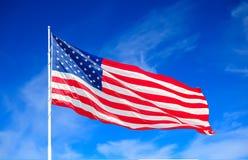 Amerikaanse Vlag en Wolken royalty-vrije stock foto