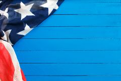 Amerikaanse vlag op blauwe houten achtergrond De vlag van de Verenigde Staten van Amerika De te adverteren plaats, malplaatje stock fotografie