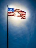 Amerikaanse vlag op de blauwe hemel voor de zon Royalty-vrije Stock Afbeelding