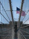 Amerikaanse vlag op de Brug van Brooklyn Stock Afbeeldingen