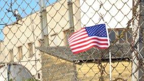 Amerikaanse vlag op gesloten fabriekspoorten stock video