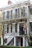 Amerikaanse Vlag op Grey Siding Traditional Home Royalty-vrije Stock Afbeeldingen