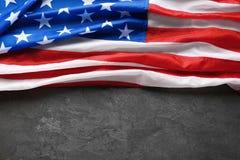 Amerikaanse vlag op grijze achtergrond, hoogste mening stock fotografie