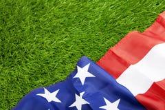 Amerikaanse vlag op groen gras Stock Afbeelding