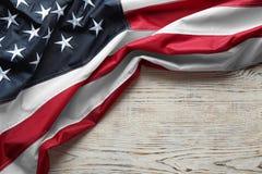 Amerikaanse vlag op witte houten achtergrond, hoogste mening stock foto
