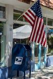 Amerikaanse vlag over een brievenbus Stock Afbeeldingen