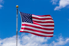 Amerikaanse vlag tegen blauwe hemel Stock Foto