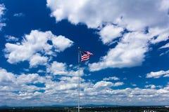 Amerikaanse vlag tegen blauwe hemel Stock Afbeeldingen