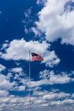 Amerikaanse vlag tegen blauwe hemel Stock Foto's
