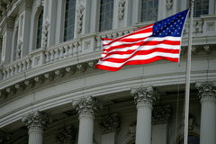 Amerikaanse Vlag tegen de Koepel van het Capitool Royalty-vrije Stock Afbeeldingen