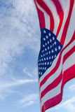 Amerikaanse Vlag tegen een blauwe hemel royalty-vrije stock fotografie