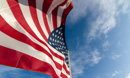 Amerikaanse Vlag tegen een blauwe hemel stock fotografie