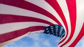 Amerikaanse Vlag tegen een blauwe hemel Stock Afbeeldingen