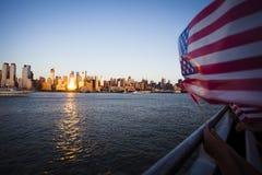 Amerikaanse vlag tijdens Onafhankelijkheidsdag op Hudson River met een mening bij de Stad van Manhattan - van New York (NYC) Stock Foto's
