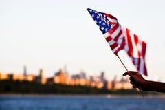 Amerikaanse vlag tijdens Onafhankelijkheidsdag op Hudson River met een mening bij de Stad van Manhattan - van New York (NYC) Royalty-vrije Stock Fotografie