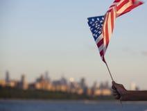 Amerikaanse vlag tijdens Onafhankelijkheidsdag op Hudson River met een mening bij de Stad van Manhattan - van New York - Verenigd stock fotografie