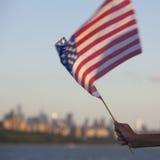 Amerikaanse vlag tijdens Onafhankelijkheidsdag op Hudson River met een mening bij de Stad van Manhattan - van New York - Verenigd royalty-vrije stock foto's