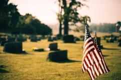 Amerikaanse vlaggen in begraafplaats Royalty-vrije Stock Foto's