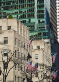 Amerikaanse vlaggen bij de bouwthedie in de wind golven op Manhattan Stock Foto