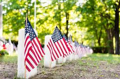 Amerikaanse vlaggen die de graven van oorlogsveteranen merken in een begraafplaats royalty-vrije stock fotografie