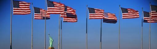 Amerikaanse Vlaggen die met Standbeeld van Vrijheid vliegen Royalty-vrije Stock Afbeelding
