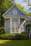 Amerikaanse vlaggen die op huis hangen Royalty-vrije Stock Fotografie