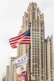 Amerikaanse Vlaggen door de Toren van Chicago Royalty-vrije Stock Afbeeldingen